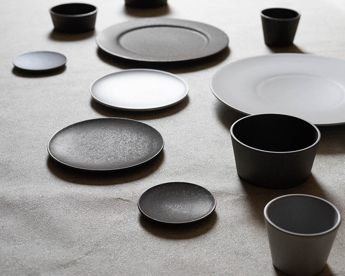 Stoneware dinner plates and bowls of SyuRo on the table