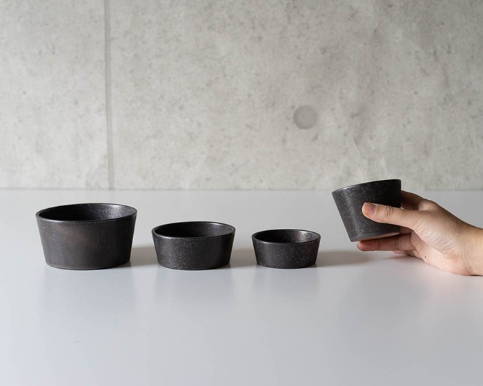 4 sizes of stoneware bowls of SyuRo and a woman has SM size