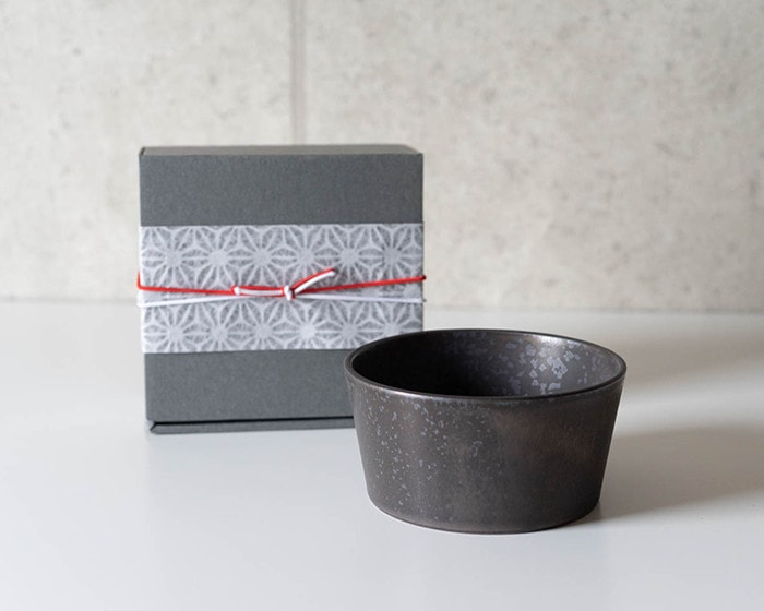 Stoneware bowl of SyuRo and its exclusive box with easy wrapping