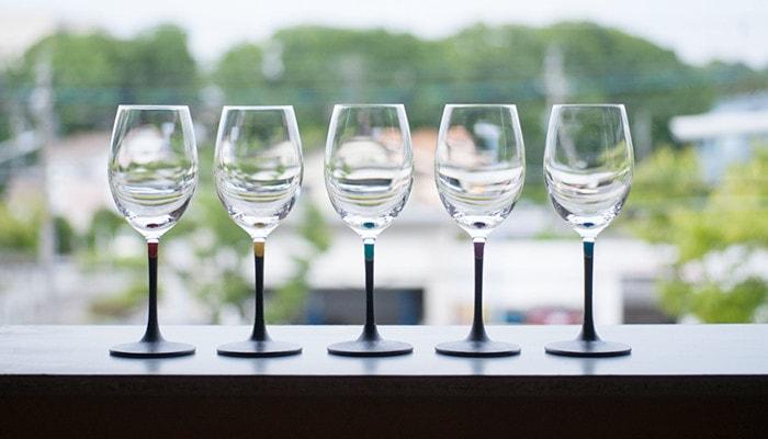 うるしのWINE GLASSが5個横に並んでいる