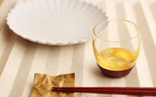 Graceful collaboration of lacquer and gold leaf, Lacquer Sake Cup