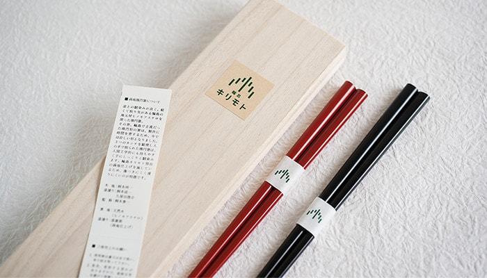 輪島キリモトの楕円箸の化粧箱とペアの箸が並んだ様子