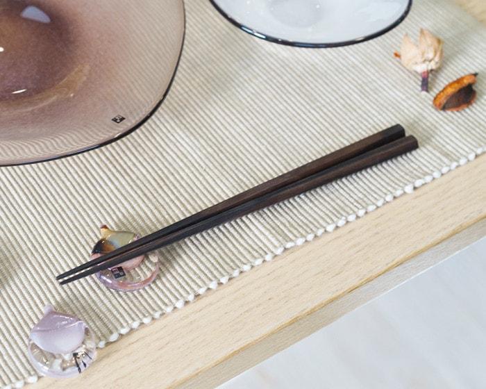 テーブルにセットされた黒檀箸とfrescoガラスの箸置き