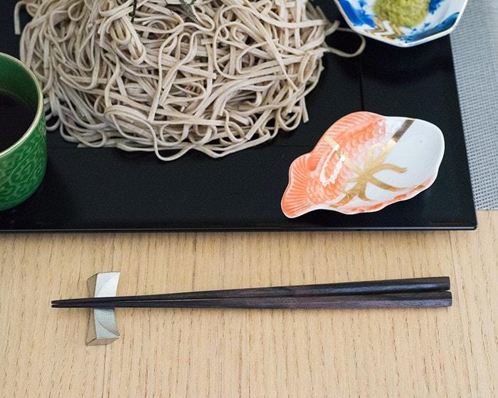 テーブルにセットされた六角黒檀箸