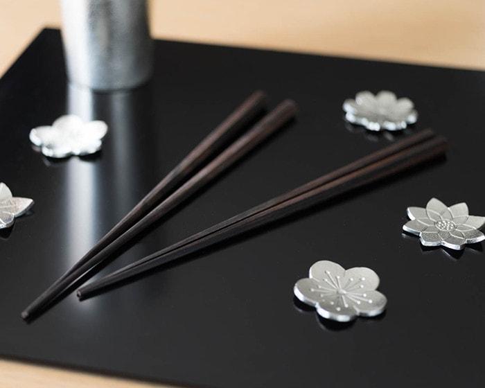 折敷に乗った六角黒檀箸と錫の箸置き