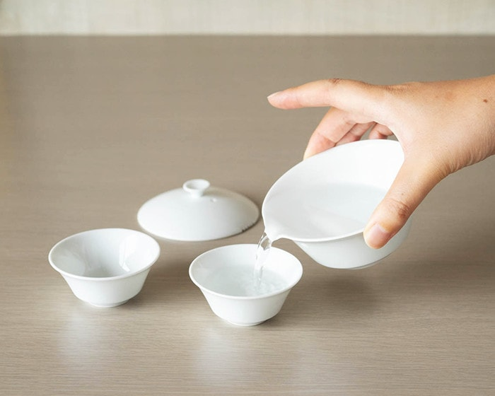 Move hot water from Houhin teapot to teacups