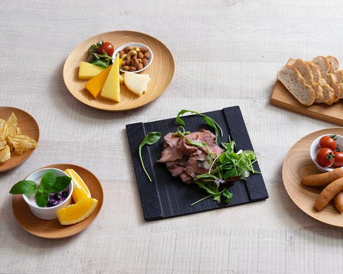 山桜ノ木皿やSUZURIに料理が盛り付けられている