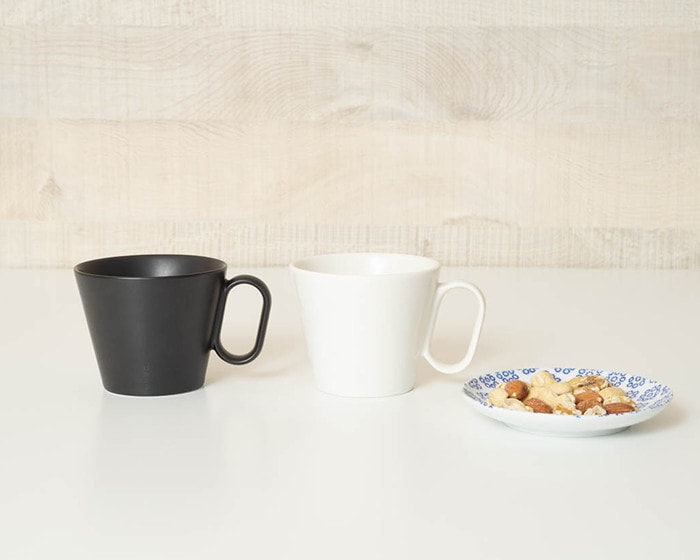 Plain white and black coffee mugs of Eternal mug series