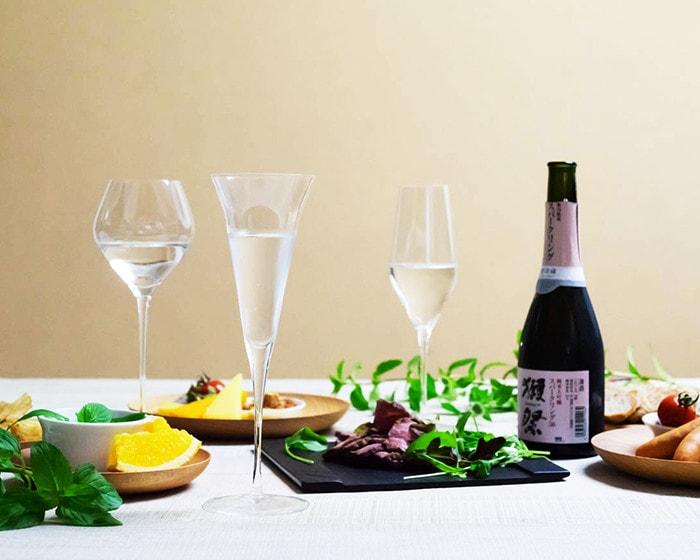 日本酒の入ったSAKEグラスと食事が並んでいる