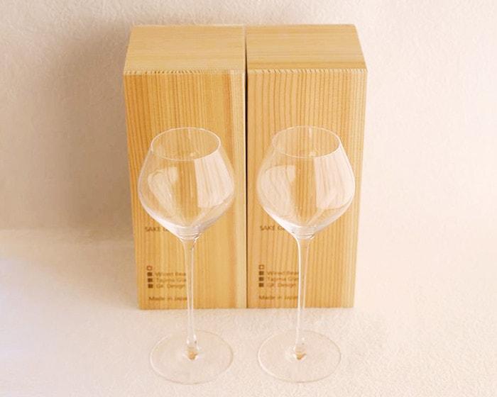 A pair set of sake glasses KARAKUCHI and their exclusive cedar boxes