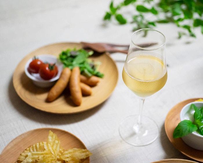 白ワインが注がれた生涯を添い遂げるワイングラス