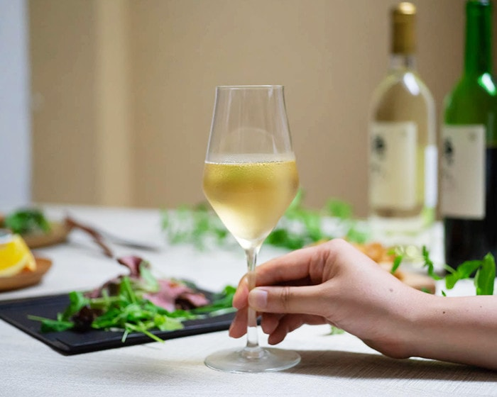 生涯を添い遂げるワイングラス・シャンパーニュKを手に持っている