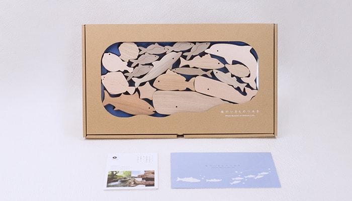海のどうぶつ積み木が専用の箱に入っていて説明書が置いてある