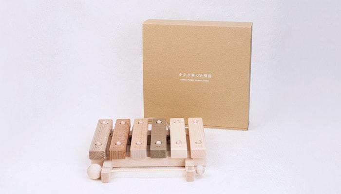 小さな森の合唱団の木琴と専用の箱が置かれている