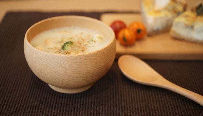 スープの入っためいぼく椀のアップの写真