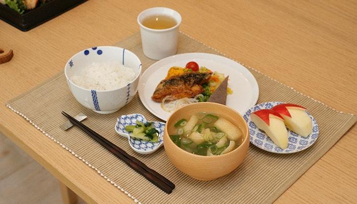 めいぼく椀や花茶碗、豆皿を使った食事の例