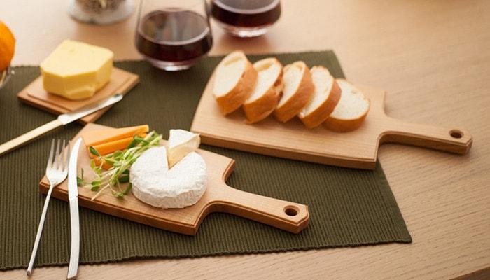 チーズボードの上にチーズやパンが並んでいる様子