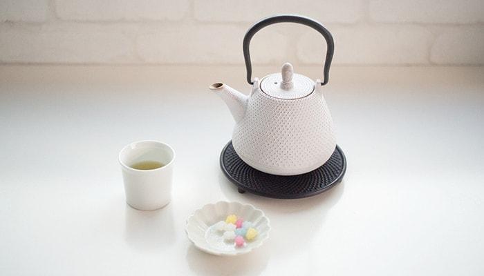 Rojiのティーポットとお茶とお菓子