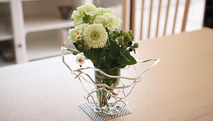 花瓶を覆うように飾ったKAGO