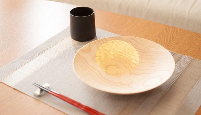 深皿のおぼろ月のナチュラルと我戸幹男商店の木製湯呑み