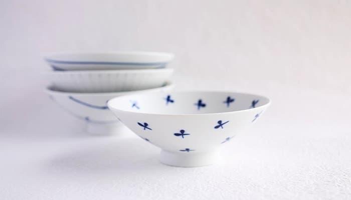白山陶器の平茶碗が4つ並んでいる