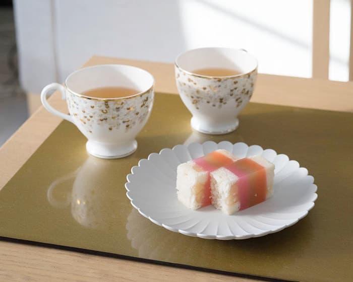 NIKKOのSPANGLESに入った紅茶と、1616 aritaのTYパレスプレートにのせた羊羹