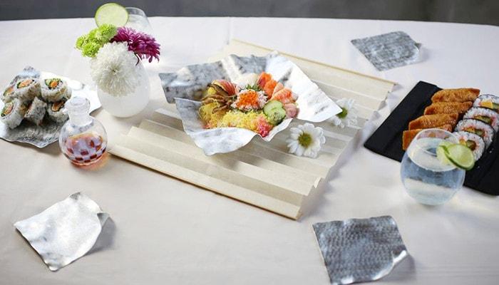 すずがみやSUZURIのお皿にちらしずしや太巻きなどが盛り付けられている