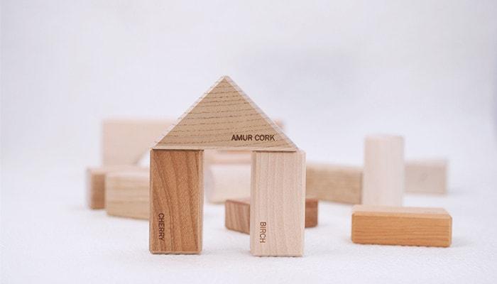 オークヴィレッジの寄木の積み木(英語入り)で家を作った様子
