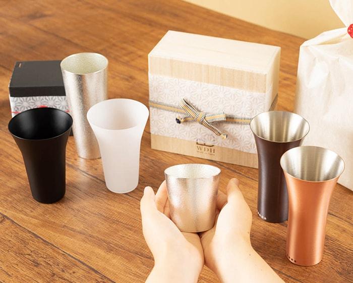 いぶしぎんと燻製する材料とビアカップがテーブルに並んでいる