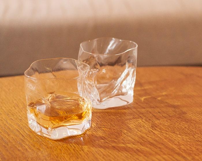 クランプルオールドグラスが2つテーブルに並んでいる