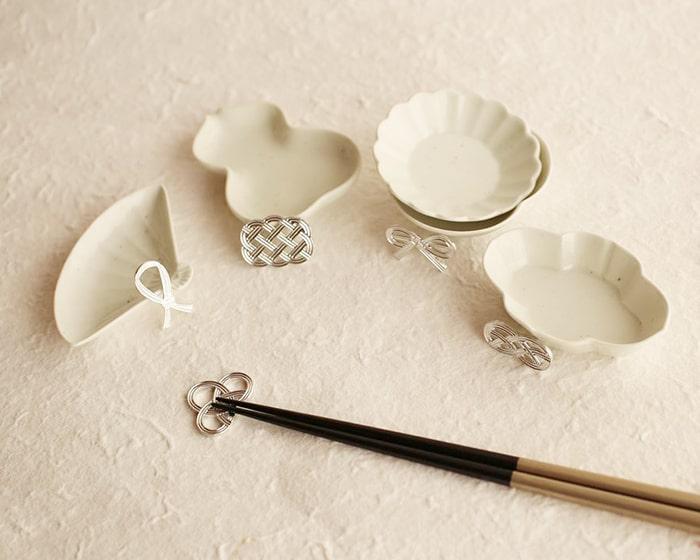 東屋の土灰豆皿と能作の結び箸置き