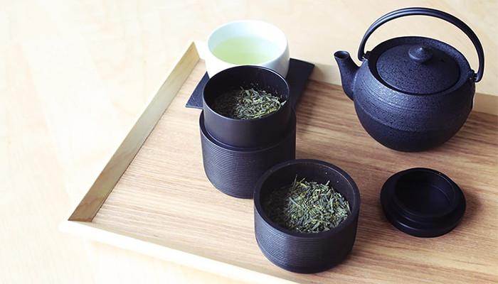 茶葉の入ったかるみと鋳心ノ工房のティーポットと緑茶の入った湯呑み