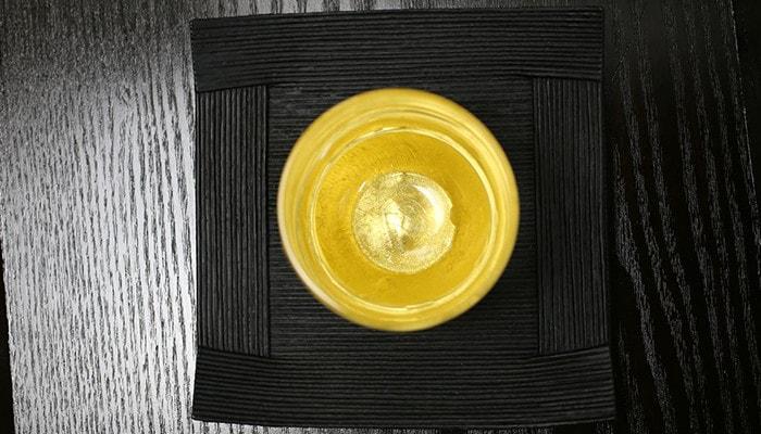 鳥羽漆芸のうるしの酒盃にお酒を注ぎ、上から見た様子