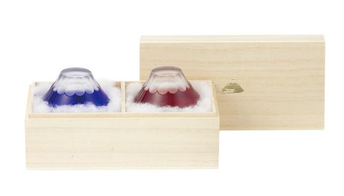 専用の桐箱に入った青と赤の富士山のお猪口