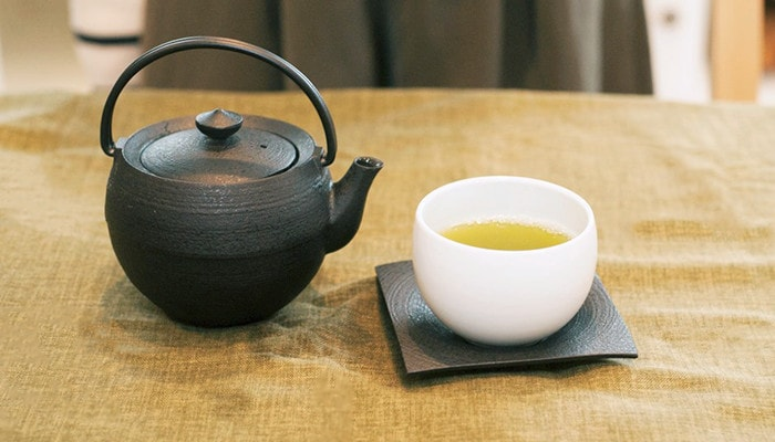 Japanese tea set with yunomi, saucer and cast iron teapot of Chushin Kobo