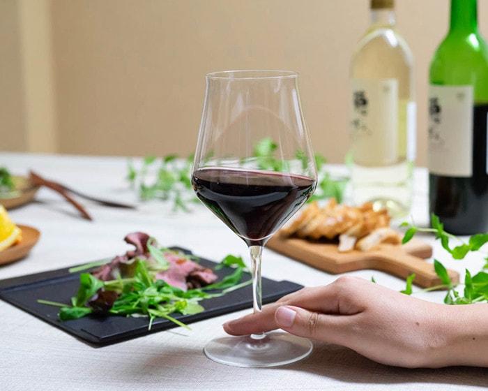 生涯を添い遂げるワイングラス・ボルドーKに手を添えている