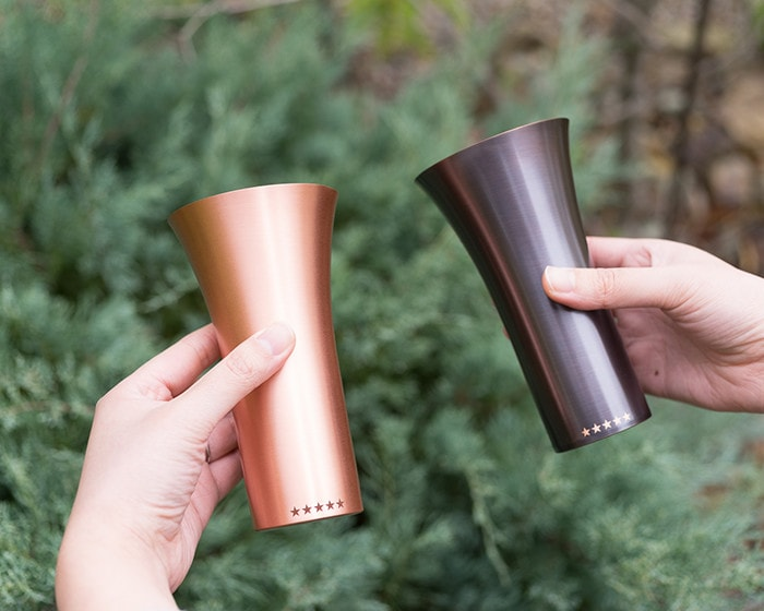 WDHの純銅製タンブラーのマットとブラウンをそれぞれ手に持っている