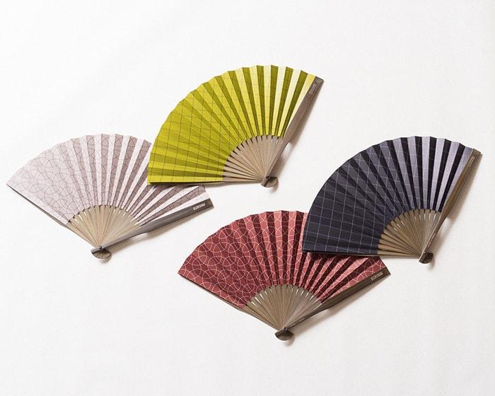 西川庄六商店の大風量扇子が4色並んでいる