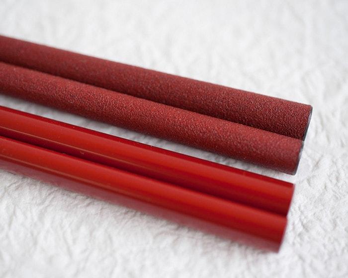 上塗楕円箸と蒔地楕円箸の素材感の違い