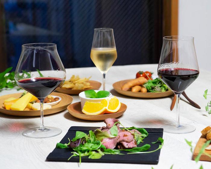 食卓に生涯を添い遂げるワイングラスや食事が並んでいる
