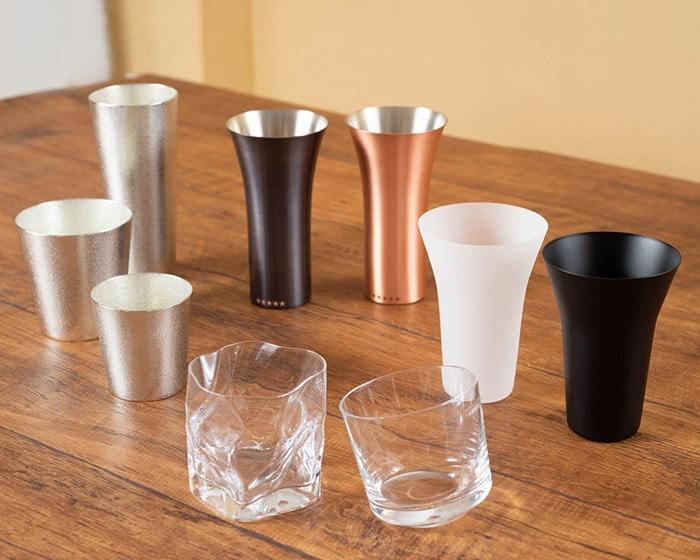 木村硝子店のデザイングラスやワイヤードビーンズのグラスなどが並んでいる
