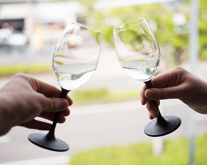 鳥羽漆芸のうるしのワイングラスで乾杯をしている