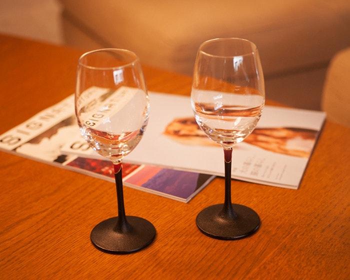 机に漆のワイングラスが2個と雑誌が2冊置かれている