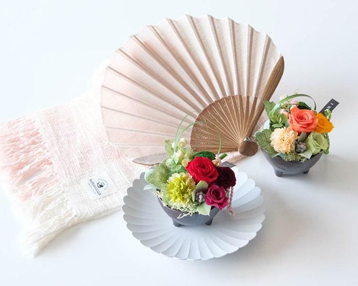 野田琺瑯の保存容器に食事を盛り付けて上から撮った写真
