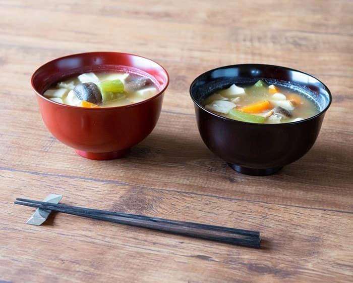 テーブルに木村硝子店のミタテシリーズが4つ並んでいる