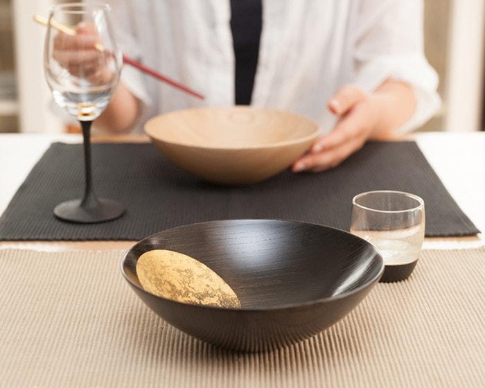 テーブルに箔一のおぼろ月と鳥羽漆芸のグラスが並んでいる