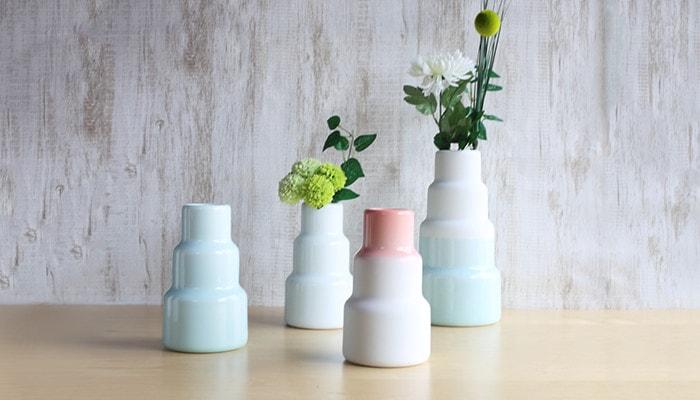 1616/arita japanの花瓶が4種類並んでいて、内2つには花が活けてある