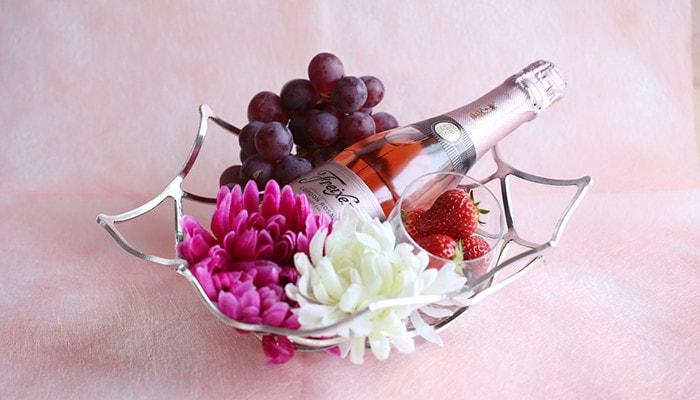 能作のKAGOに造花やワインボトルが飾られている