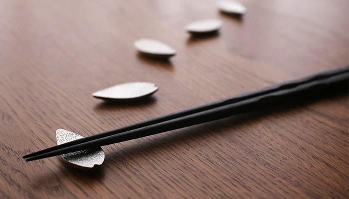 さくらの箸置きを1枚1枚並べた様子