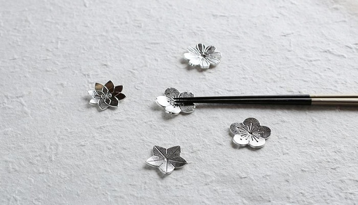 花ばなの箸置きをランダムに並べて内1つに箸を置いている